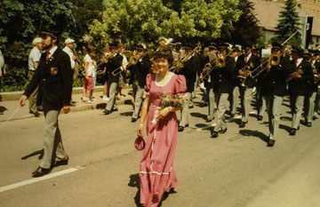 Die Jubelkapelle Reute-Gaisbeuren führt beim Bezirksmusikfest 1984 den großen Festumzug an. Im Bild ist Festdame Gabriele Müller, Atzenreute. Weitere Festdamen waren Elisabeth Geiger, Enzisreute; Gabriele Lott, Ankenreute und Margret Thurn, Dinnenried.