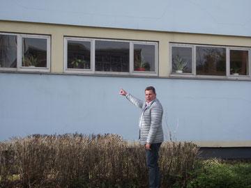 """OV-Vorsitzender B. Schmitz vor dem Kindergarten """"Auf dem Driesch"""""""