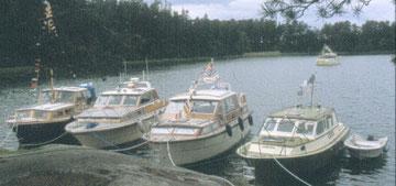Viisi marinerivenettä Benskärissä juhannuksena 2001