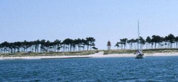 Englantilaisessa ankkuroinnissa mennään johonkin tuulen puolen rannan eteen, päästetään ankkuri pohjaan ja pyydetään, ettei tuuli kääntyisi. Gellenin kohdalla on saari hyvin kapea, mutta suojaa kevyeltä itätuulelta