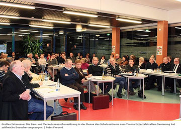 Großes Interesse: Die Bau- und Verkehrsausschusssitzung in der Mensa des Schulzentrums zum Thema Extertalstraßen-Sanierung hat zahlreiche Besucher angezogen. / Foto: Frevert