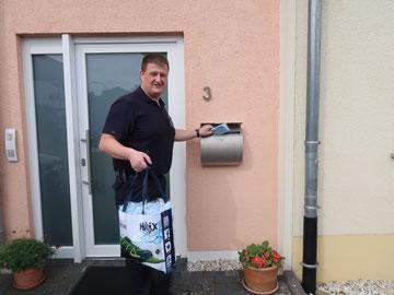 Exemplarisch: Limburger Feuerwehrmann Wolfgang Musgad beim Einwerfen der Gesichtsmasken