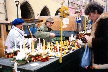 手づくりの品物を売るクリスマス市
