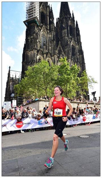 Äußerst beeindruckend - laufend am Kölner Dom vorbei