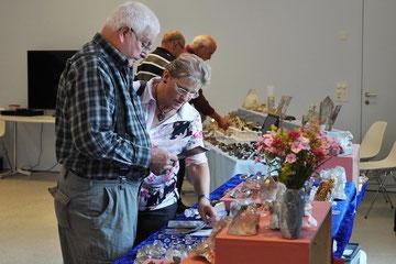 Die Besucher begutachteten die Mineralien sehr genau, bevor sie sich zum Kauf entschieden.