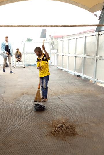 Michel (11) hat nur drei Jahre die Grundschule besucht. Seine Familie ist so arm, dass er gezwungen ist zu arbeiten und Geld zu verdienen, statt die Schule zu besuchen. (Bericht von I. Kalala, Kinshasa 2021)