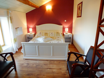 Chambre avec lit en 160 et salles d'eaux et WC privé