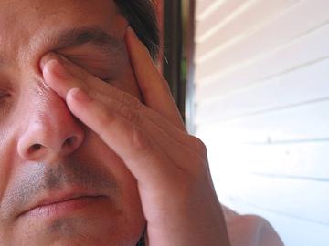 Personne homme fatigué avec mal de tête