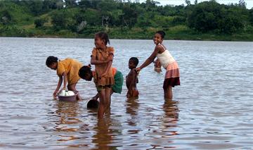 Vaisselle et toilette dans le fleuve Mangoro