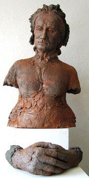 Alte Clara mit Händen (Terrakotta, H: 75 cm)