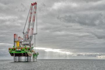 EDF RENOUVELABLES - Parc éolien offshore - Le bateau innovation fore le sous-sol marin afin d'y installer les futurs supports d'éoliennes.
