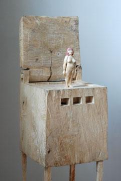 Kiste 23 -Frau  I  Pappelholz bemalt  I  Privatbesitz