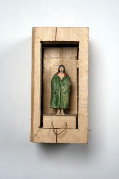 Kiste Zum Ziehen - Frau mit sich öffnendem Mantel  I  Pappelholz bemalt  I  Privatbesitz