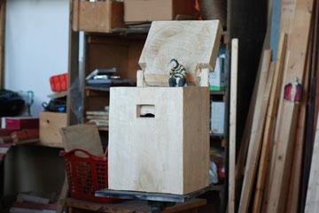 Kiste 30  Bienenmann I  Pappelholz bemalt  I  Privatbesitz