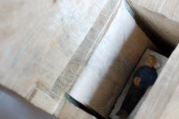 Kiste 27 - Vater tot  I  Pappelholz bemalt