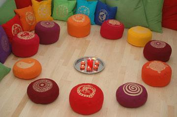 Die schönen Chakra-Kissen in Kombination mit den Meditationskissen
