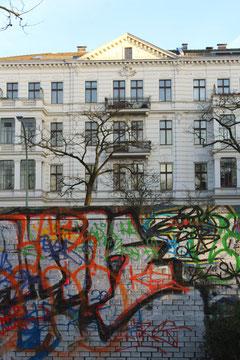 Bemalte Wand und Blick auf Wohnhäuser. Friedrich-Wilhelm-Platz in Friedenau. Foto: Helga Karl