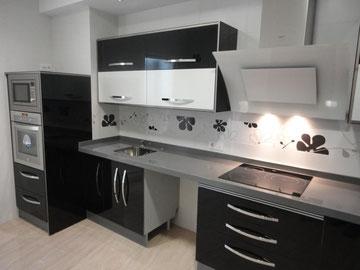 Cocina negra y blanca jamilena cocinas jaen - Cocina blanca encimera negra ...