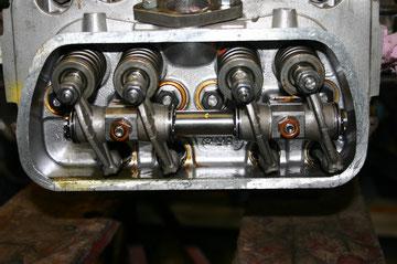 Unterm Ventildeckel kann man schön sehen, das der Motor NOS ist
