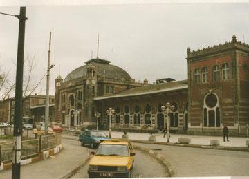 Mord im Orient Express, Zentralbahnhof in Istanbul mit Topas Fahrzeugen ( türkische Fiat Lizenzbauten)