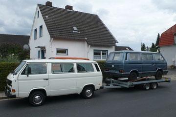 VW T3 Transporter aus 1988 mit VW T3 Caravelle Carat aus 1983 auf Autoanhänger der Firma Anssems