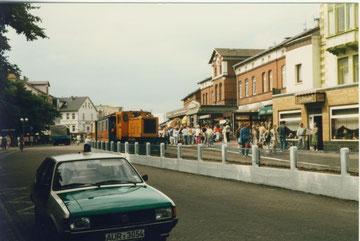 Bahnhof der Borkumer Inselbahn mit VW Passat der Inselsheriffs