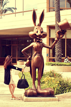 California (USA) - Los Angeles - Bugs Bunny robs Alice's handbag! - Into the Studios