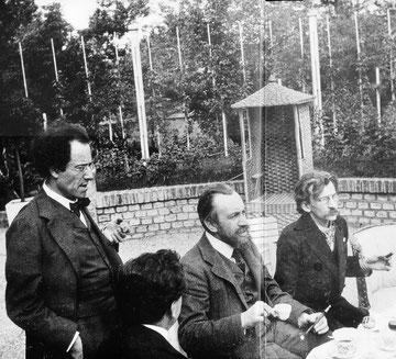 Gustav Mahler en Wien en reunión en la casa de campo del pintor Carl Moll, 1905.