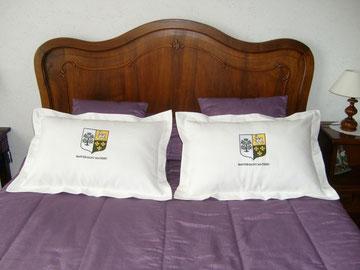 """12 coussins avec blason brodé pour l'hotel chambres d'hôtes """"BASTIDE ST MATHIEU à GRASSE."""
