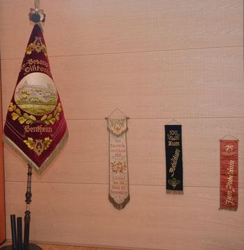 Die Vereinsfahne und die Banner von den früheren Jubiläen des Männerchores