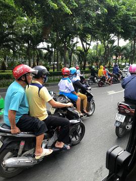 Vietnam scooter roller Saigon traffic 01