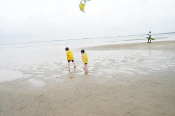 風が強いときは凧あげ。今ちょうど「たこあげをするひとまねこざる」の絵本がお気に入りです。