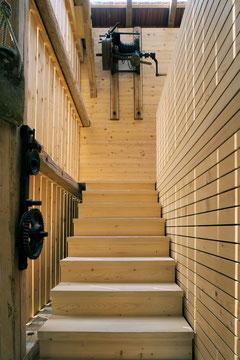 Stallumnutzung | Das verborgene Haus, Homburg: Holztreppe (Foto: Francesca Giovanelli)