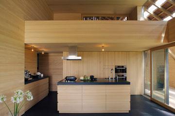 Stallumnutzung | Das verborgene Haus, Homburg: Küche und Galerie (Foto: Francesca Giovanelli)