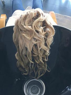 Zuerst werden die Haare mit Deep Cleansing gewaschen. Die Haare werden abgetrocknet und anschließend wird Triple.S Liquid sorgfältig eingearbeitet.  Nach 20 Minuten Einwirkzeit werden die Haare gründlich ausgespült.