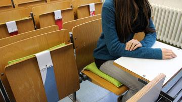 Ergonomisches Sitzkissen Bürostuhl Pad: FLOWMO an der FU Berlin mit Studentin