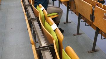 Ergonomisches Sitzkissen Bürostuhl Pad: FLOWMO an der FU Berlin mit Studentin m Lesesaal im Profil