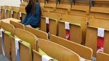 Ergonomisches Sitzkissen Bürostuhl Pad: FLOWMO an der FU Berlin mit Studentin m Lesesaal