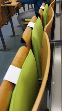 Ergonomisches Sitzkissen Bürostuhl Pad: FLOWMO an der FU Berlin befestigt