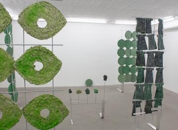 Britta Frechen_Boskett_Installation_2019_diverse Elemente_Papier, Holz,Pigment,Leim,Eisen,Aluminium_Detailansicht_1