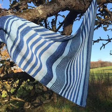 Ein Stück vom Himmel / Farbzusammenstellung sowie Tuch gestrickt und fotografiert von Annegret Germer