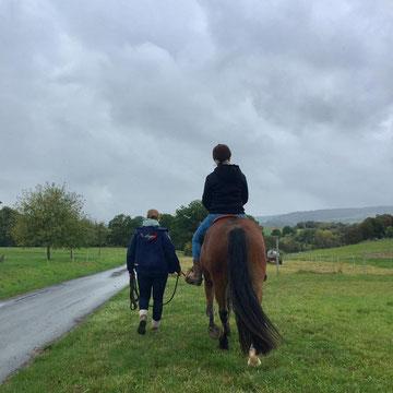 erster Ausflug ins Grüne mit Reiter auf dem Rücken