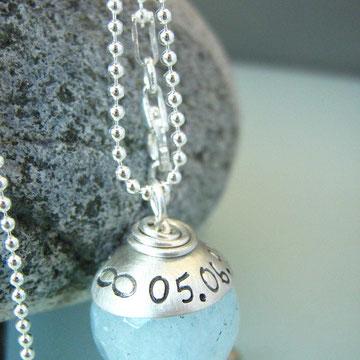 facettierter Aquamarin mit Silberkappe (mit Hochzeitsdatum + Unendlichkeitszeichen)