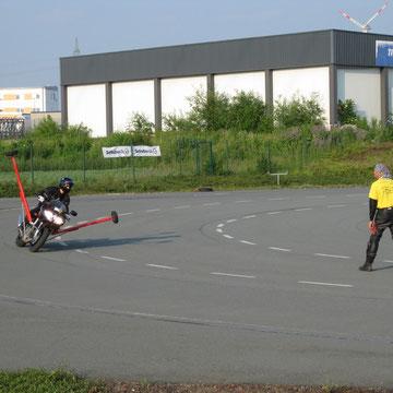 Ich beginne mit dem  Schräglagenmotorrad, einer SV 650, links rum - und Klaus beginnt mit Kopftuch in der Mitte