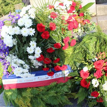 """Blumen """"Attache de Defense France"""" am 9.Mai, Sowjetisches Ehrenmal in Berlin. Foto: Helga Karl"""