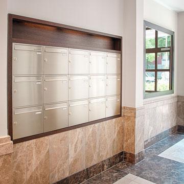 Einbau- und Unterputz- Briefkastenanlagen Edelstahl, teilweise mit Holzverkleidung