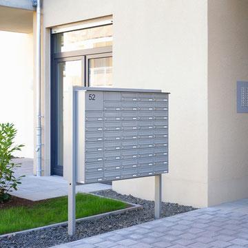 Freistehende und Unterputz-Briefkastenanlagen, sowie Klingeltableaus, verzinktes Stahlblech, pulverlackiert