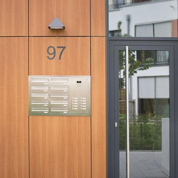 Mauerdurchwurf- und Unterputz-Briefkastenanlagen, sowie Stelen, Edelstahl, gebürstet