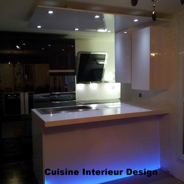 cuisine design laque blanche et graphite et plan de travail rétroéclairé corian