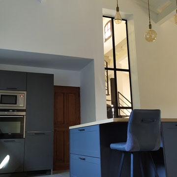 cuisine noire et bois type maison de campagne avec ilot et verrière rénovation totale par cuisine intérieur design Toulouse